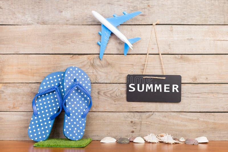 ploffen, stuk speelgoed vliegtuig, zeeschelpen en bord met inschrijving & x22; SUMMER& x22; royalty-vrije stock afbeeldingen