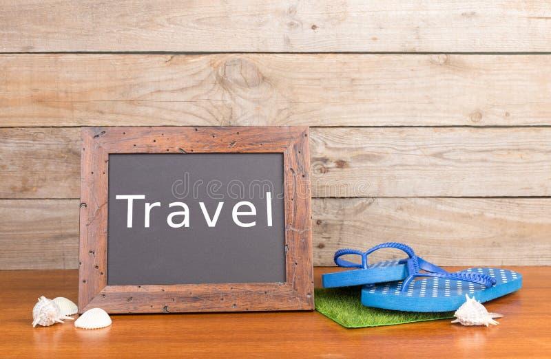 ploffen, zeeschelpen en bord met inschrijving & x22; Travel& x22; stock foto's