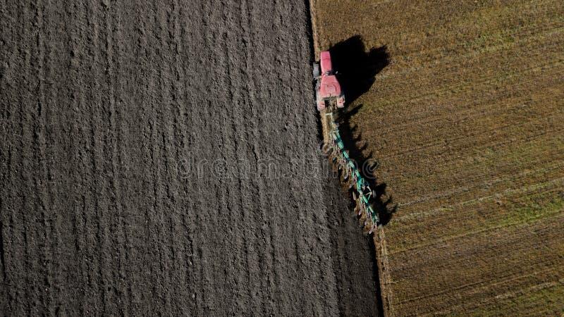 ploga traktor för fält flygfotografering från ett surr royaltyfria bilder