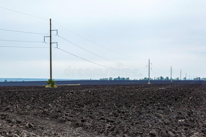 Plogat jordbruks- fält med svart jordjord royaltyfri bild
