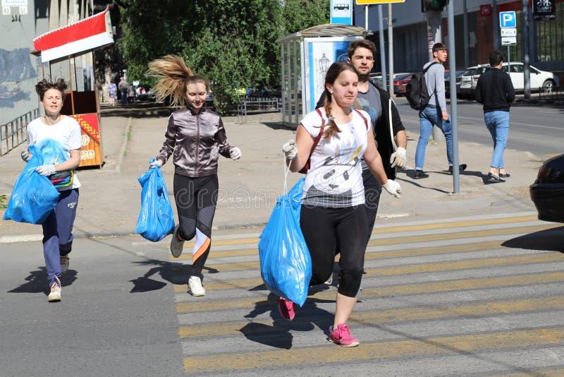 Plogging m?odzi ludzie s? szcz??liwi ?e kierowali zbiera? miasto ?mieci Saratov, Rosja, 10 2018 Czerwiec zdjęcia stock