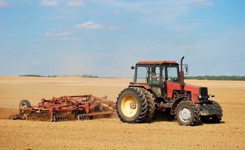 ploghing трактор стоковое фото