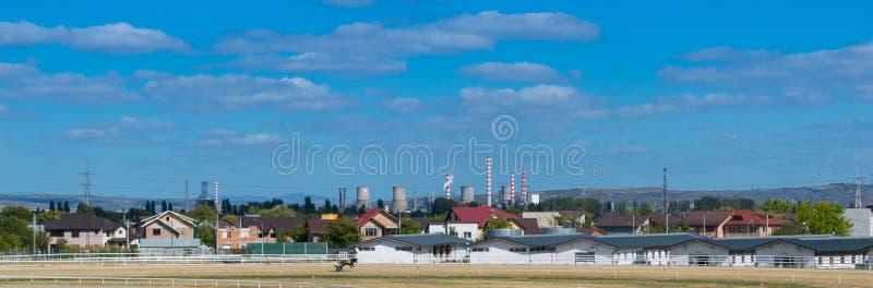 Ploiesti, Roumanie - 7 octobre 2018 : Paysage urbain panoramique de Ploiesti montrant l'écurie de cheval à l'hippodrome local dan photo stock