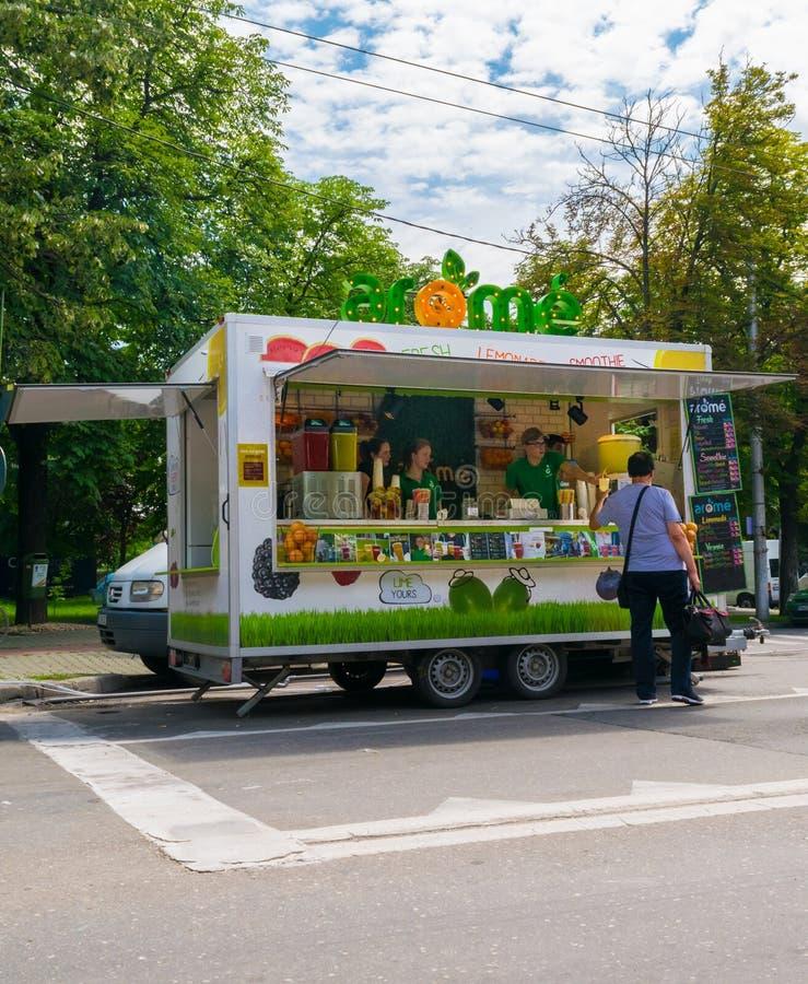 Ploiesti Rumunia, Lipiec, - 14, 2018: Mężczyzna kupuje świeżą lemoniadę od ulicznej jedzenie ciężarówki przy Średniowiecznym fest obrazy stock