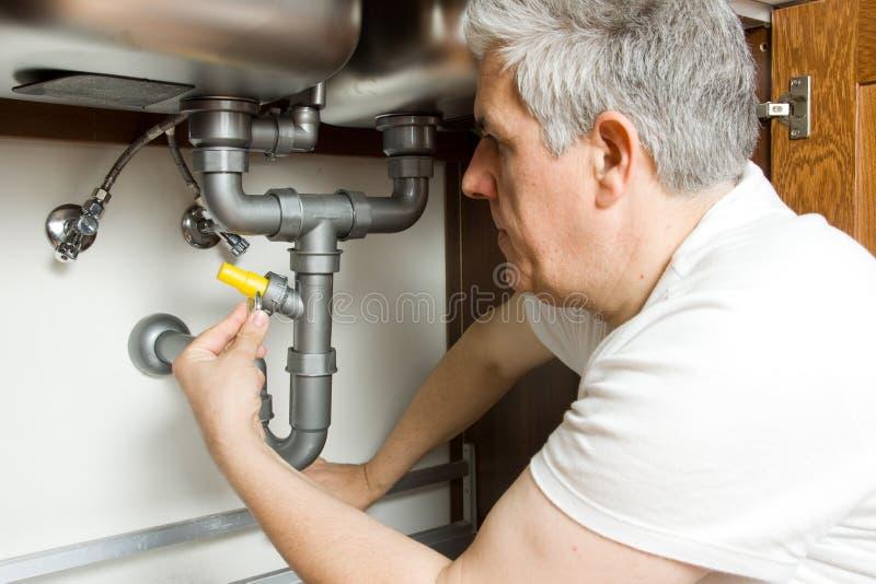 Plombier au travail images stock