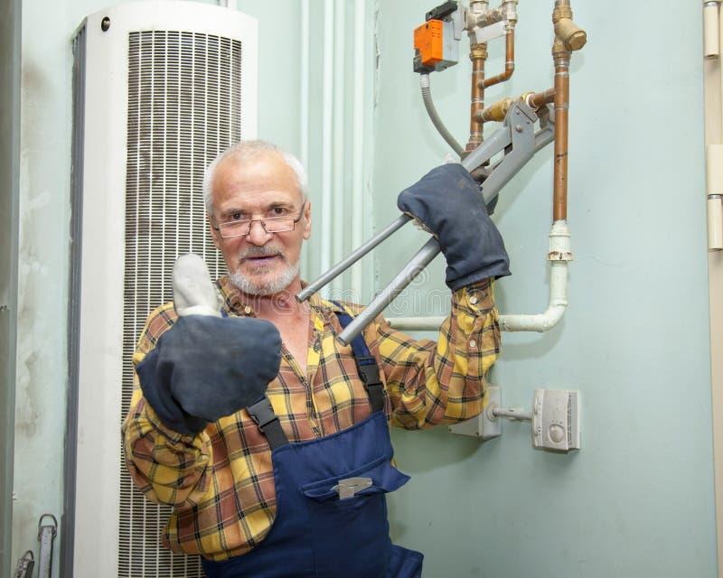 Plombier réparant des tuyaux image stock