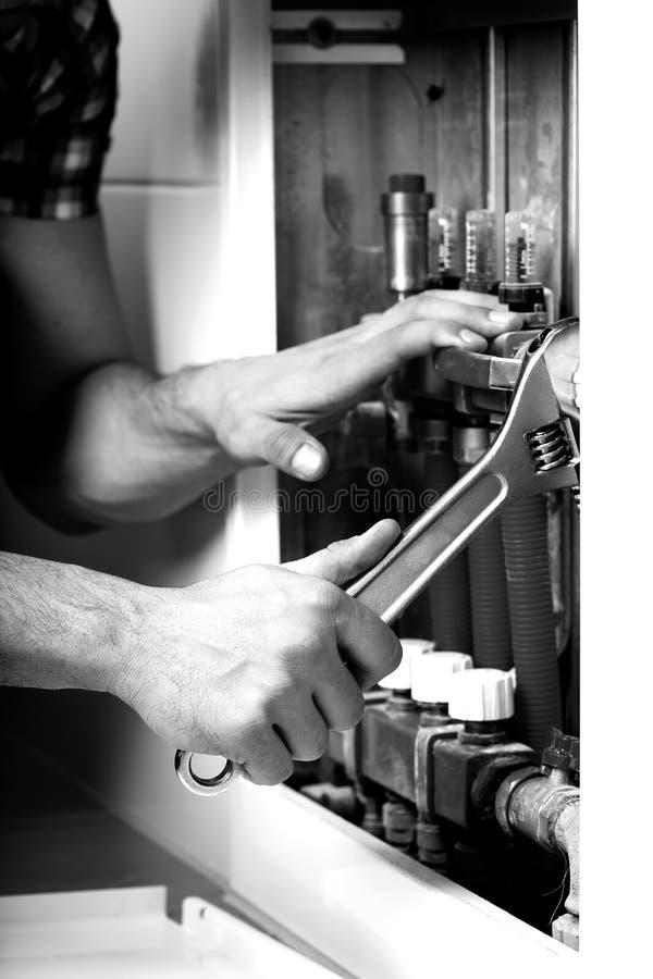 Plombier réparant des tuyaux photos libres de droits