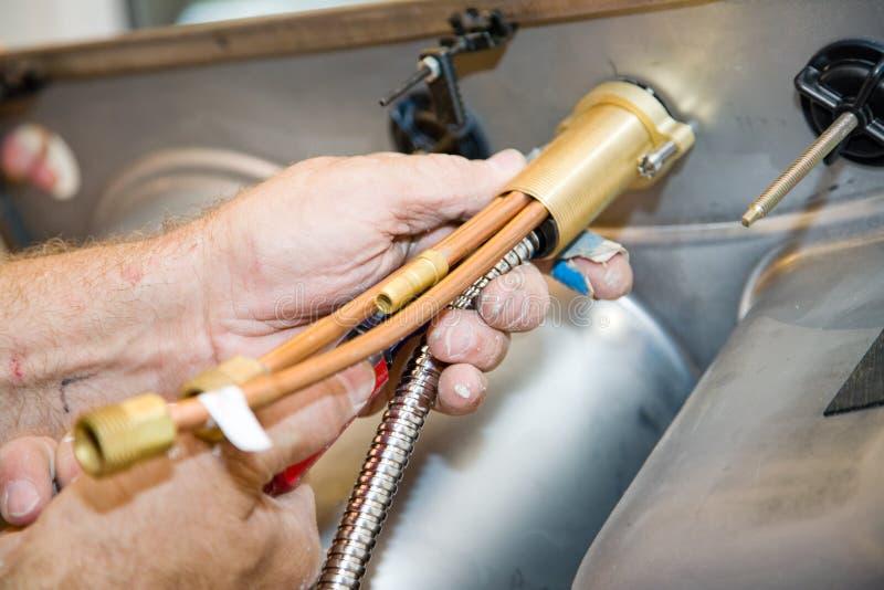 Plombieren - Hahn-Einbau lizenzfreie stockfotos