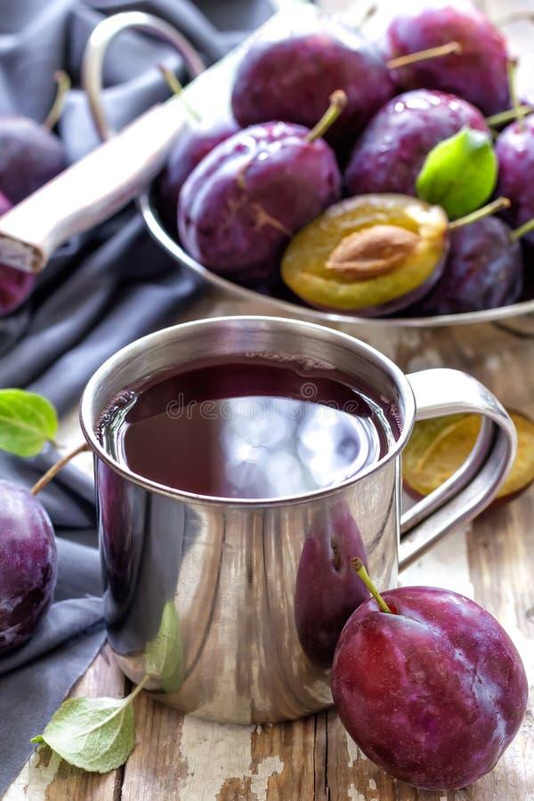 Plommonfruktsaft arkivfoton