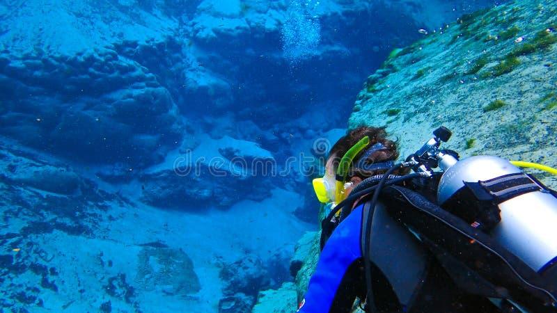 Plongée à l'air d'homme en ressort photo libre de droits