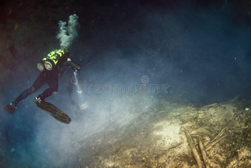 Plongée de caverne de Cenotes dans le puits photographie stock libre de droits