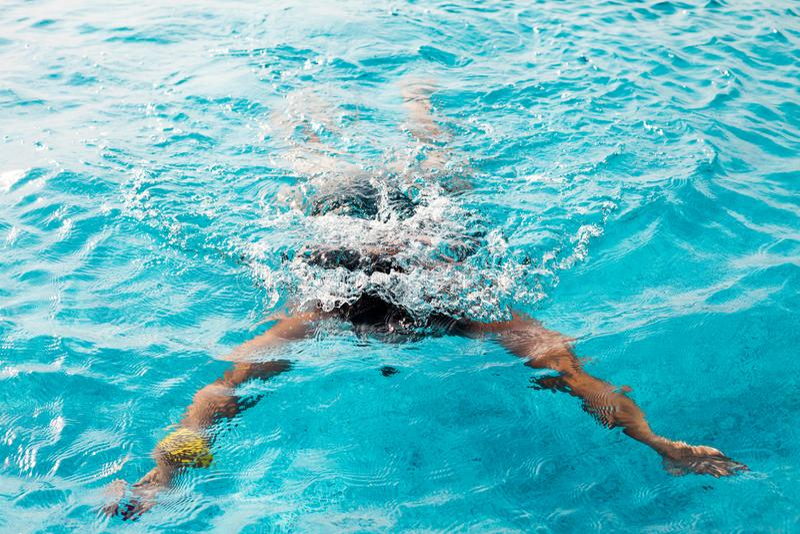 Plongée de femme dans une piscine photographie stock libre de droits
