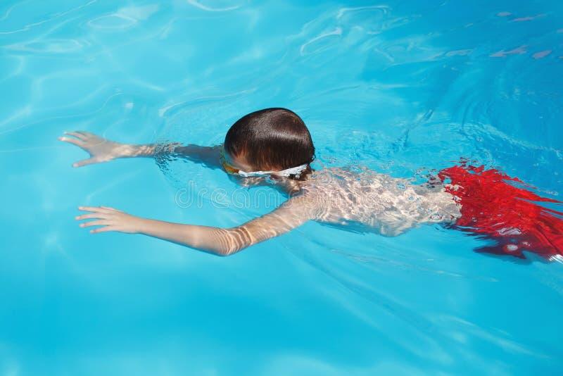 Plongée de petit garçon dans la piscine image libre de droits