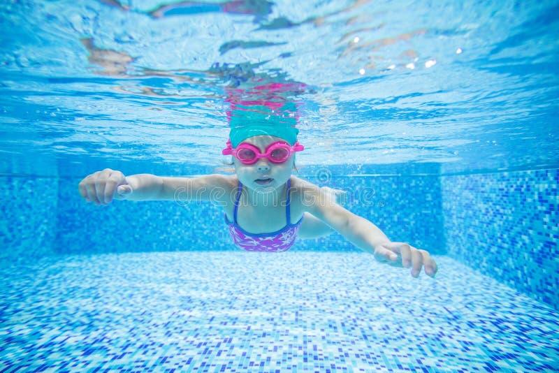 Plongée de petite fille dans la piscine photos libres de droits