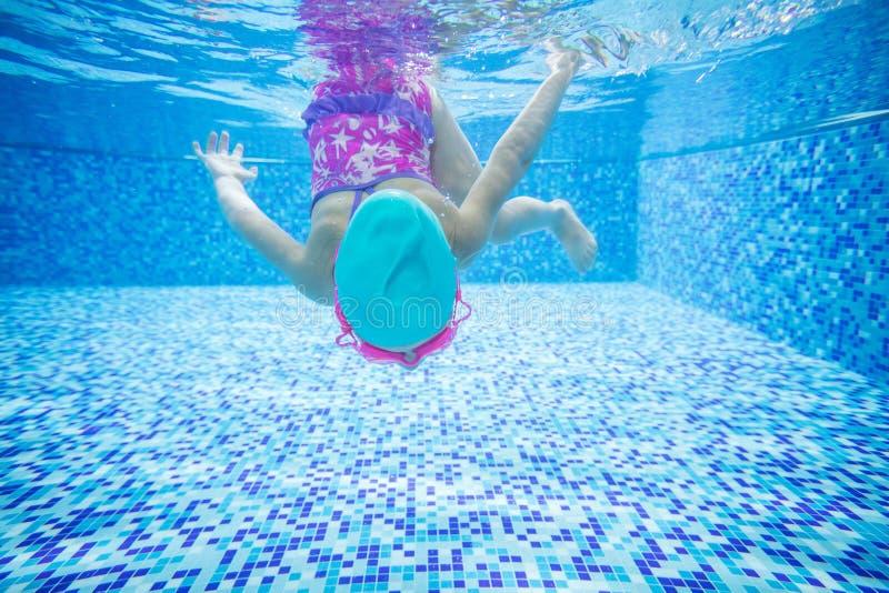 Plongée de petite fille dans la piscine photographie stock libre de droits