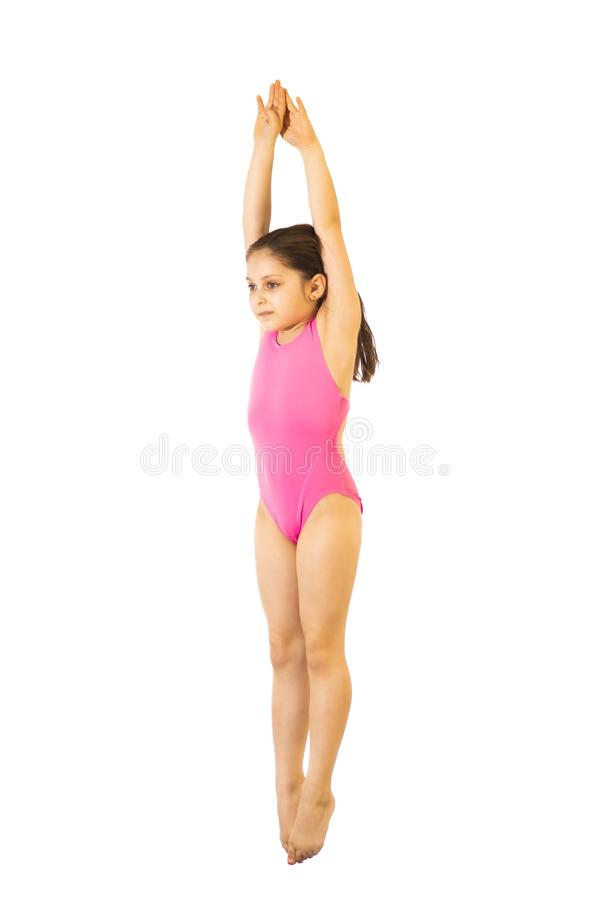 plong?e Petites 8 années femelles caucasiennes de fille de plongeur dans le swimmwear rose sautant sur le fond blanc photos libres de droits