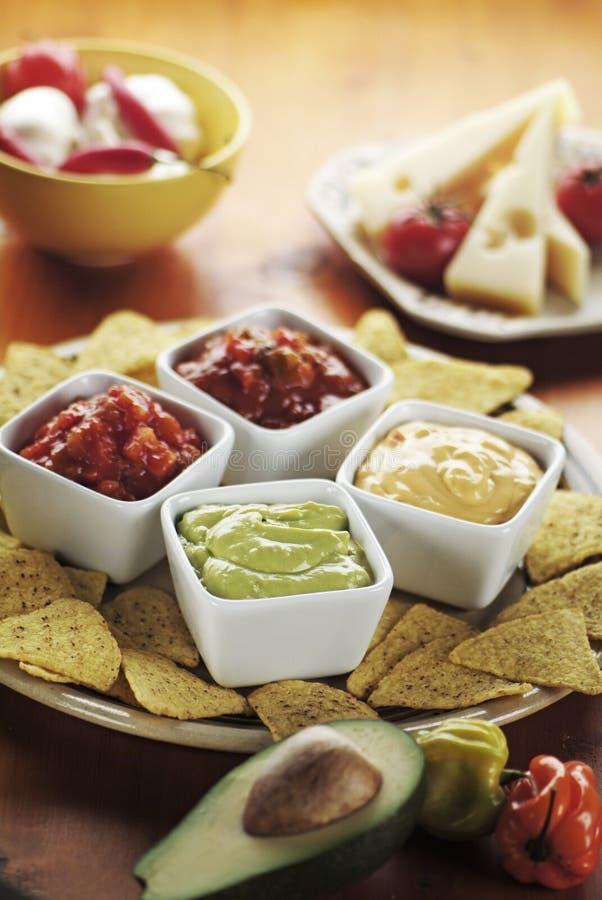 plonge des nachos divers image stock
