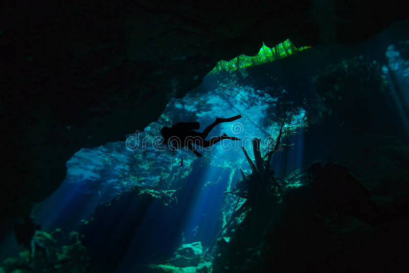 Plongeant dans la caverne sous-marine de cenote, Quintana Roo images stock