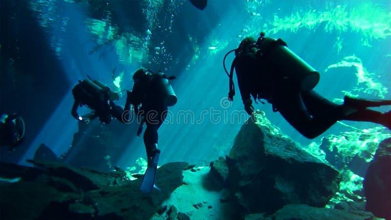 Plongeant en mer des Caraïbes, du côté du Cuba image stock