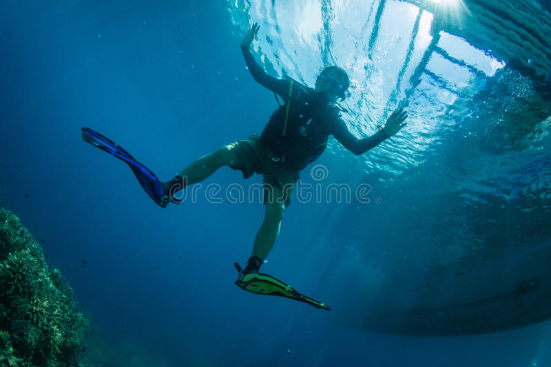 Plongeur autonome avec des trains de plongée photographie stock libre de droits