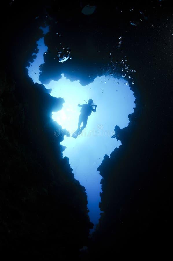 Plongeur autonome dans une caverne sous-marine image libre de droits