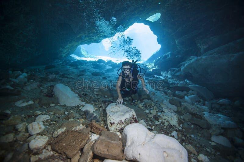 Plongeur autonome de l'adolescence - piqué de caverne photo libre de droits