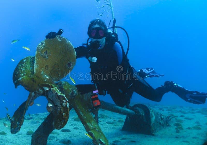 Plongeur autonome et propulseur femelles de bateau photographie stock