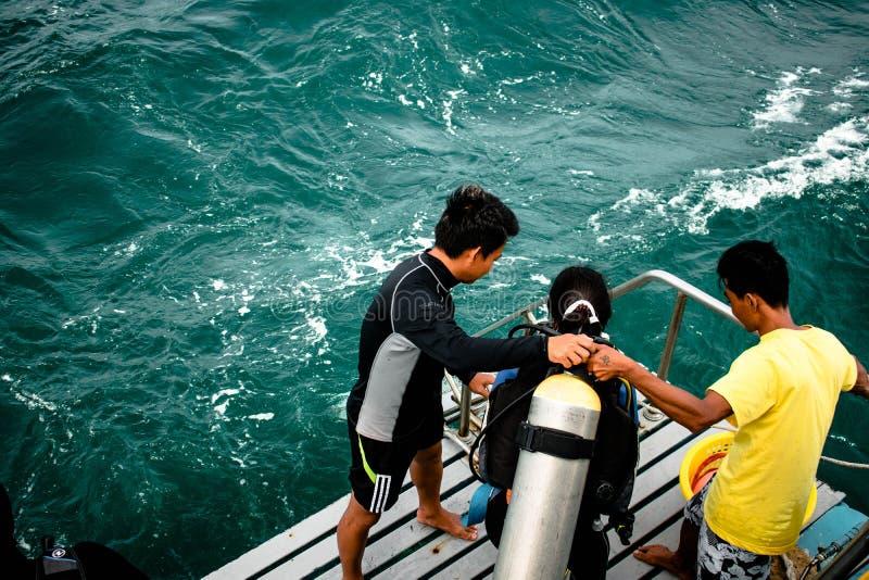 Plongeur autonome pr?parant le saut ? la mer pour l'essai de plong?e ? l'air ? l'?le de Samaesarn photo libre de droits