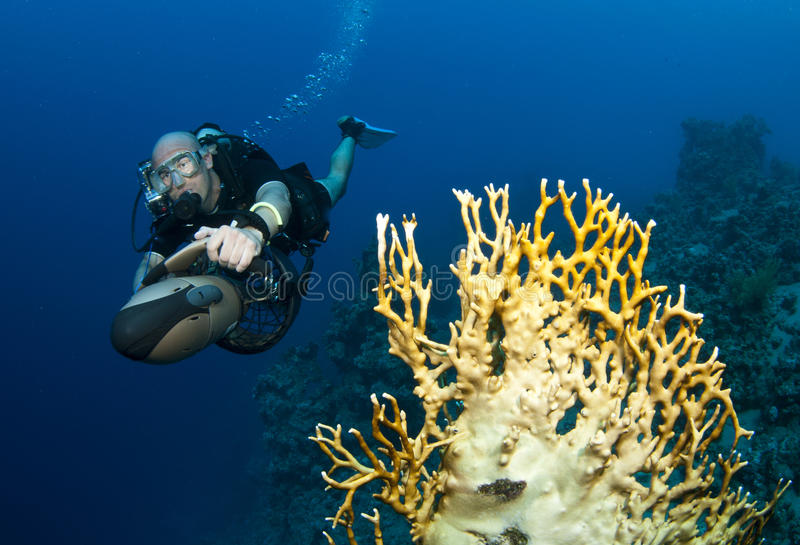 Plongeur autonome sur le scooter sous-marin photo stock