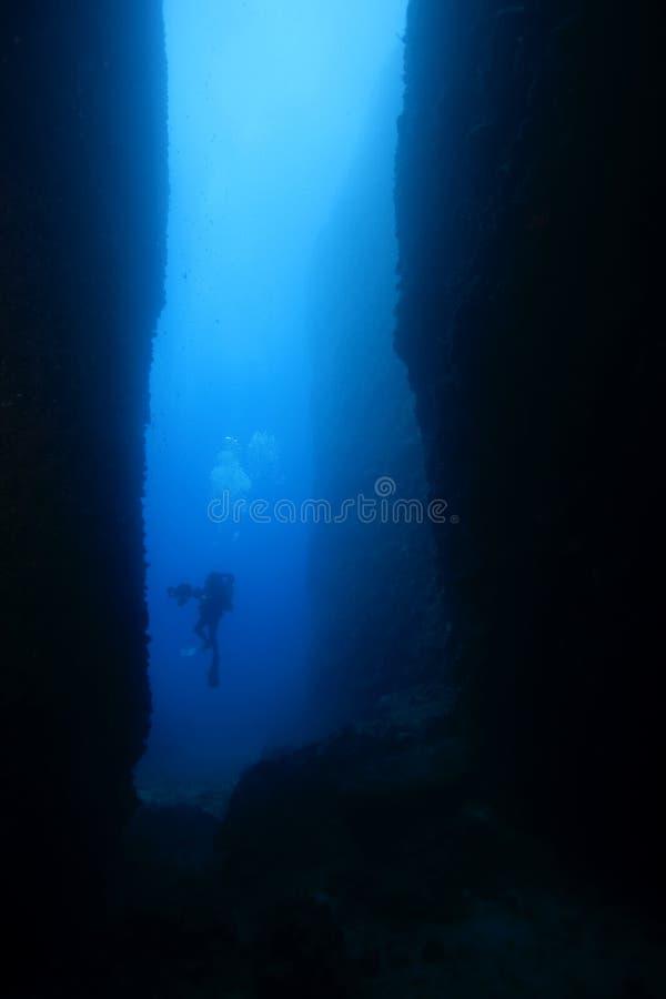 Plongeur en gorge sous-marine image libre de droits