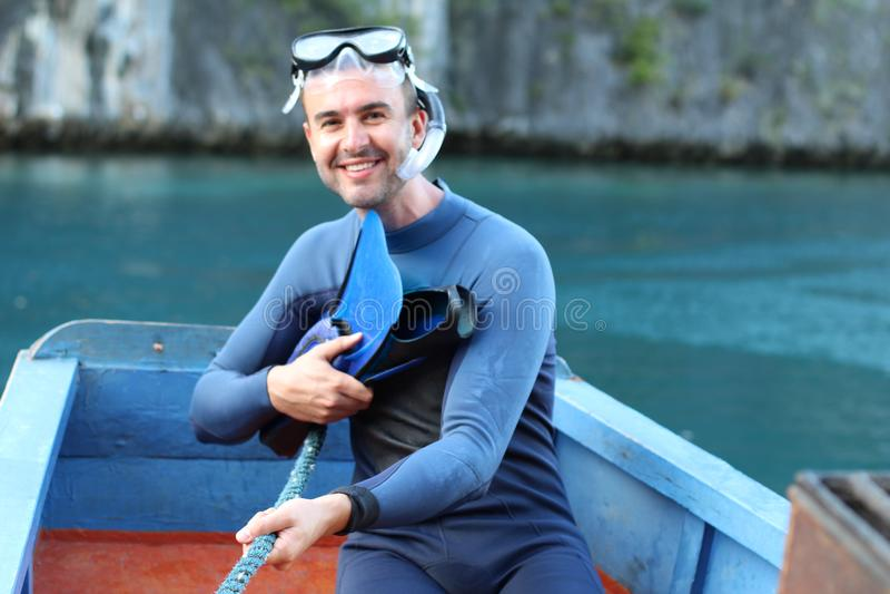 Plongeur environ à sauter dans l'océan image libre de droits