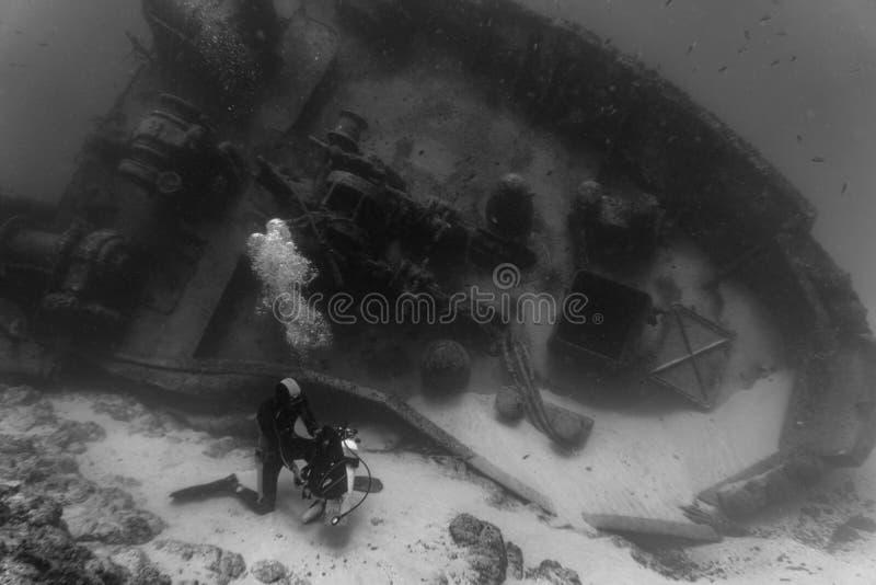 Plongeur et épave photo libre de droits
