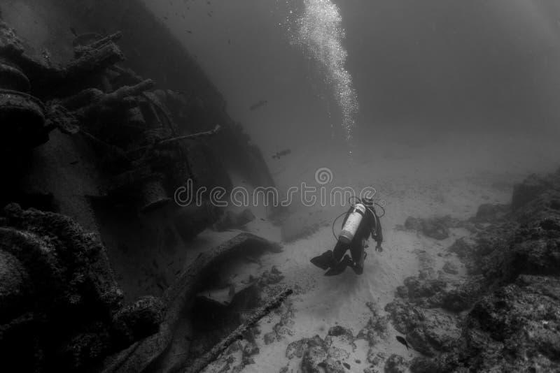 Plongeur et épave photographie stock libre de droits