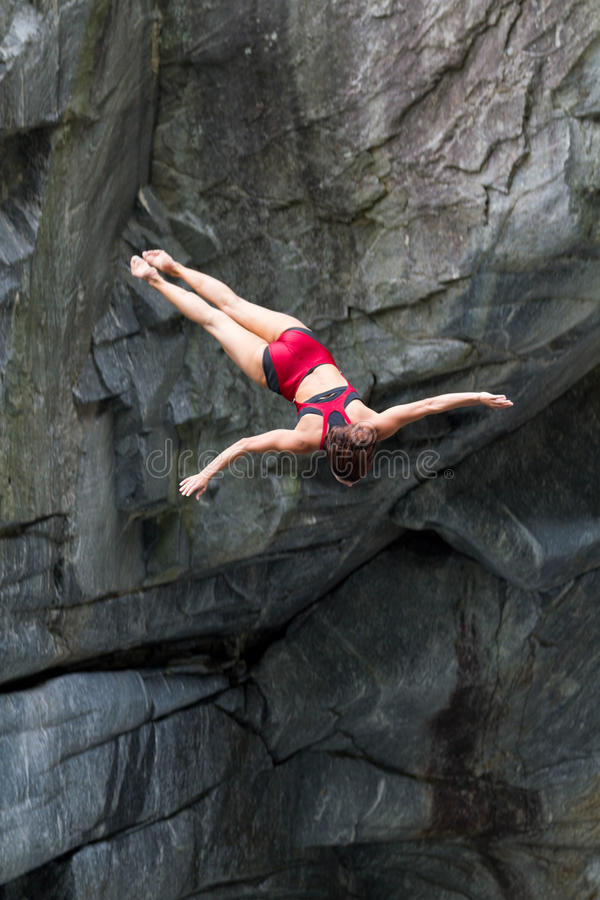 Plongeur féminin de falaise image libre de droits