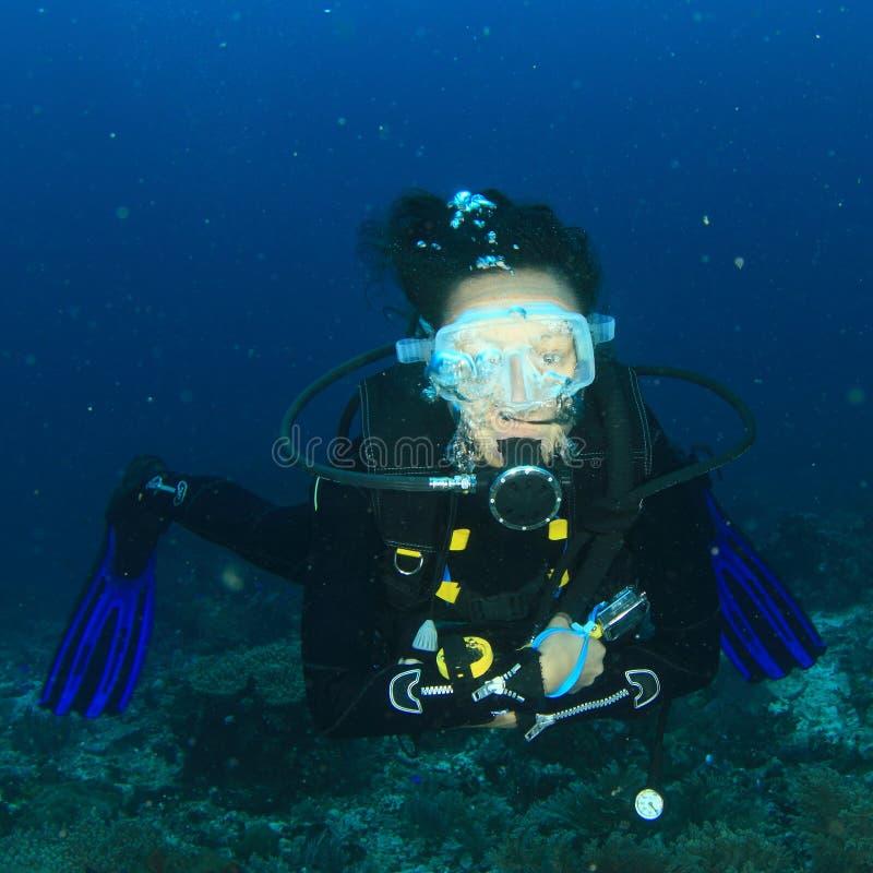 Plongeur - fille de sourire sous l'eau photographie stock libre de droits