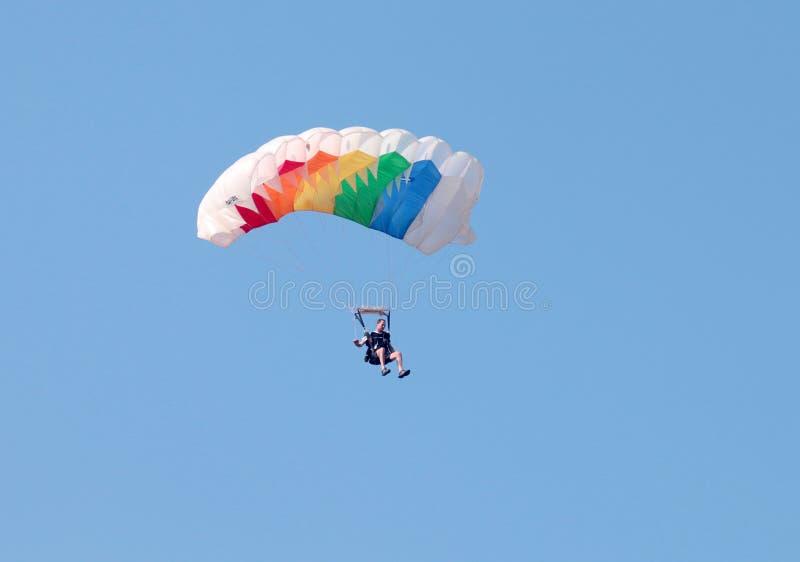 Plongeur masculin de ciel avec le parachute ouvert brillamment coloré préparant f image stock