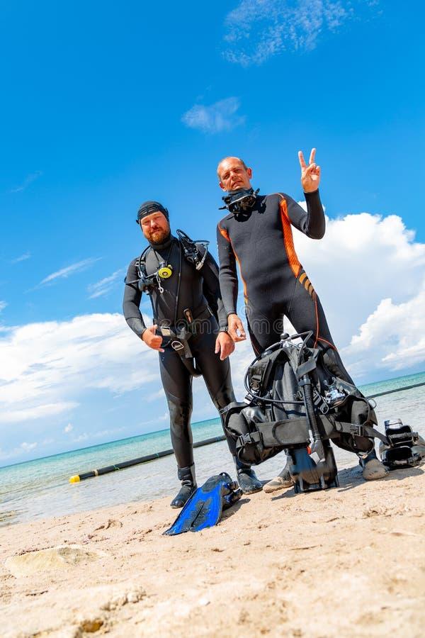 Plongeurs autonomes dans un costume pour plonger ayant l'amusement photos stock