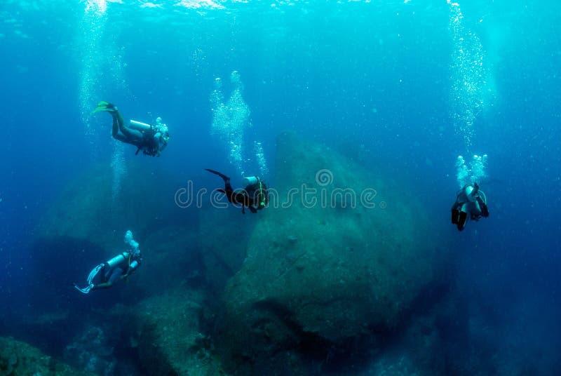 Plongeurs en île similan bleue profonde, photos stock