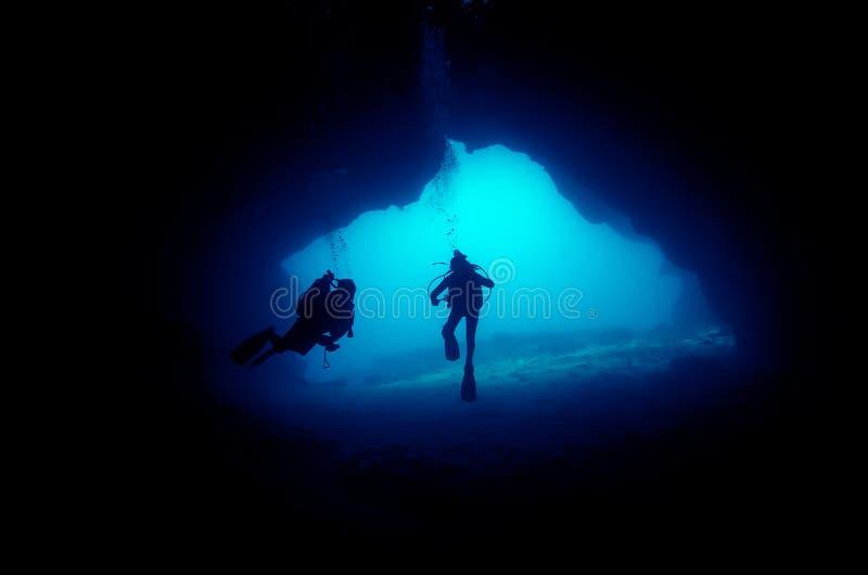 Plongeurs en caverne photographie stock