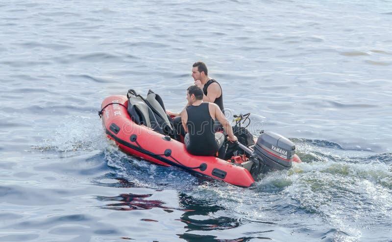 Plongeurs s'exerçant sur le bateau de sauvetage rouge, soldats qualifiés Exposition aéronautique photos stock