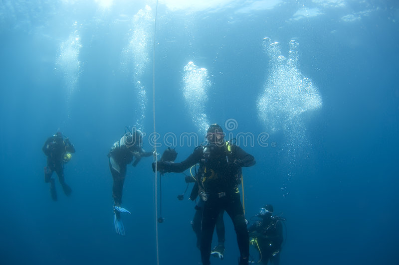Plongeurs sur le safetystop sur la bouée, Croatie images libres de droits
