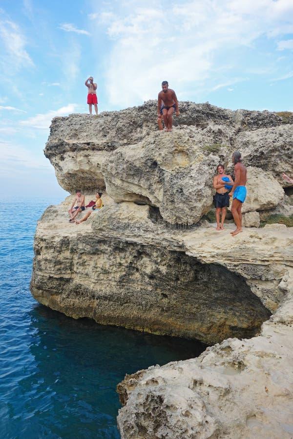 Plongeurs sur les roches ; Salento, Italie photos stock