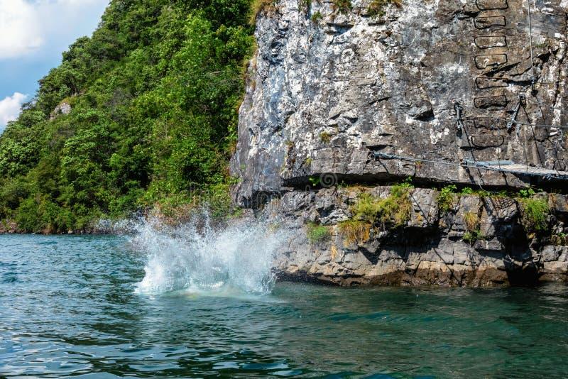 Plons in het water door somebody wordt veroorzaakt wie van een klip die sprong royalty-vrije stock foto's
