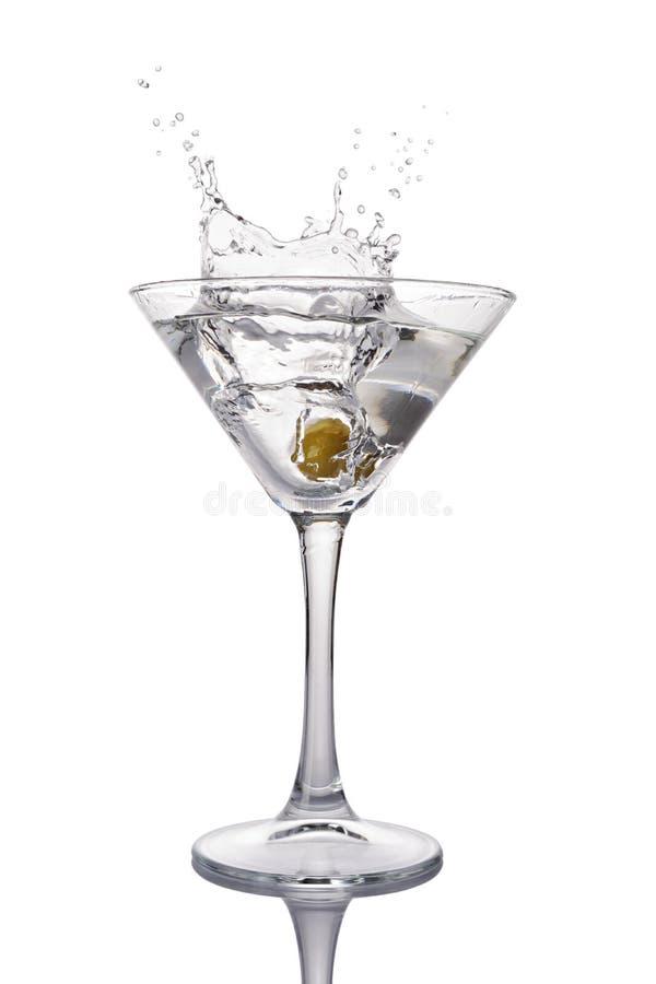 Plons in martini-glas van witte transparante alcoholische cocktaildrank met olijf stock afbeelding