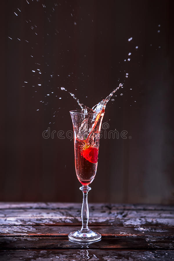 Plons van Champagne en Aardbeien in een glas royalty-vrije stock foto