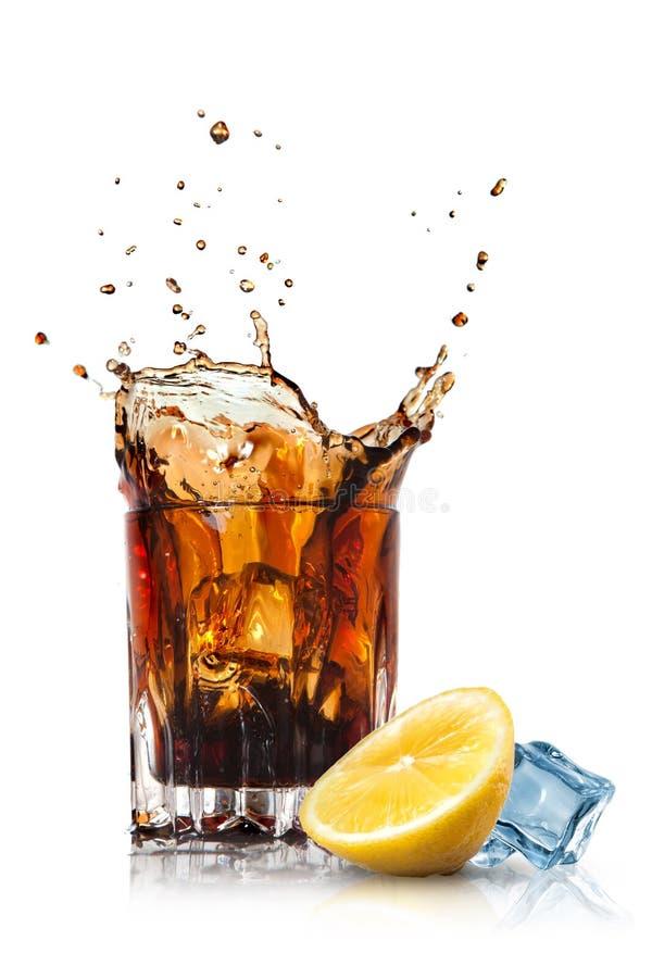 Download Plons Van Kola In Glas Met Citroen En Ijs Stock Afbeelding - Afbeelding bestaande uit citrusvrucht, koude: 39112531