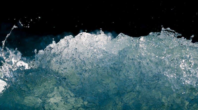 Plons van stormachtig water in de oceaan op een zwarte achtergrond royalty-vrije stock foto's