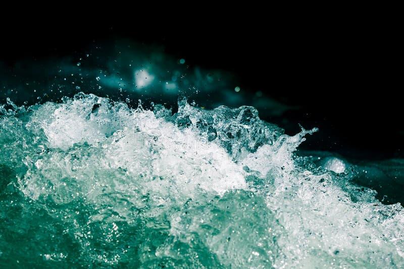 Plons van stormachtig water in de oceaan op een zwarte achtergrond royalty-vrije stock foto