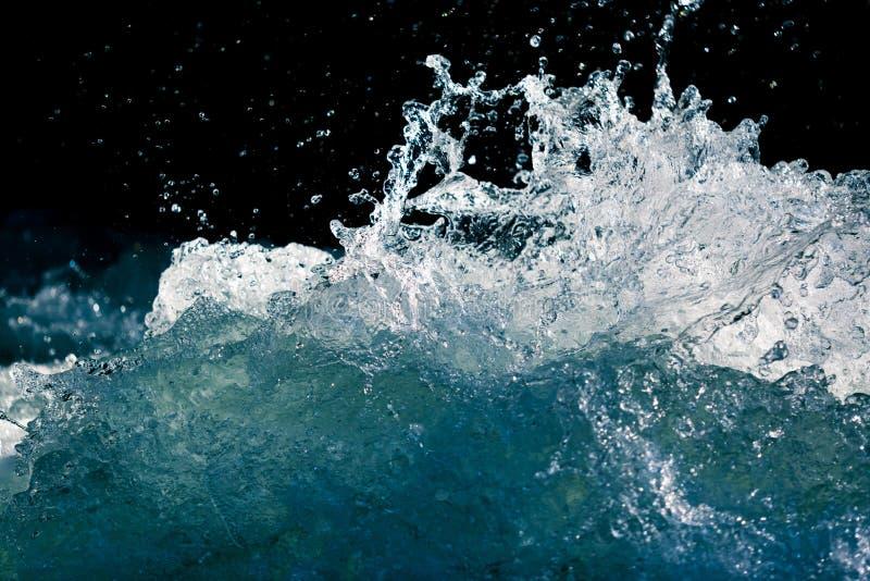 Plons van stormachtig water in de oceaan op een zwarte achtergrond royalty-vrije stock fotografie