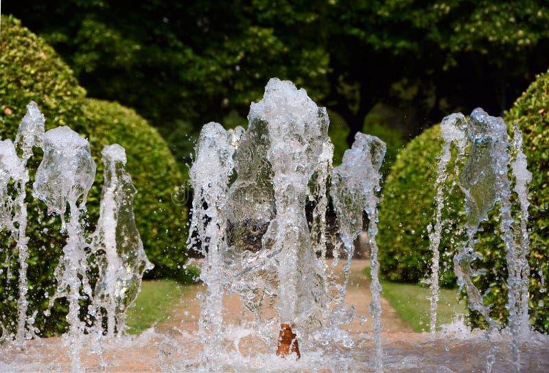 Plons van water in de fontein royalty-vrije stock foto's